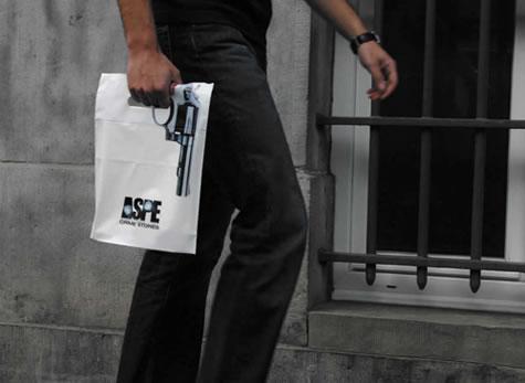 Bolsa entregada al comprar un libro de crímenes