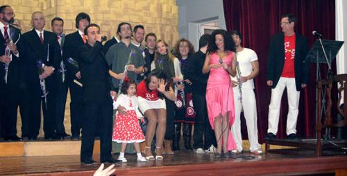 Sandra arropada por todos los participantes de la Gala benéfica en favor de los enfermos del Síndrome de Dravet