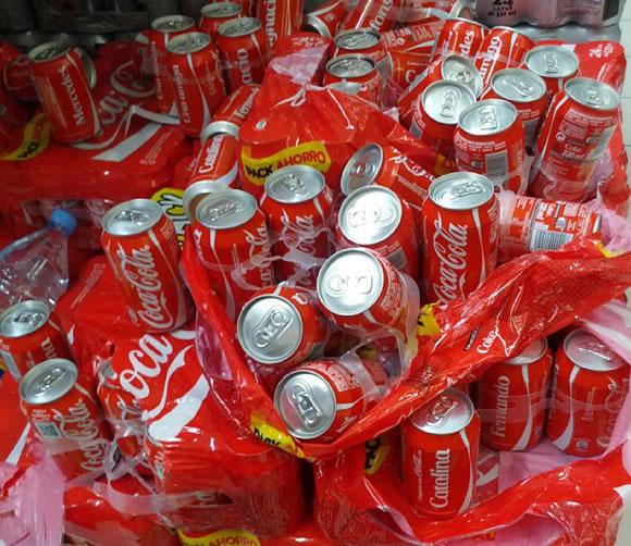 Latas de Coca-Cola desordenadas - Mala imagen en el punto de venta