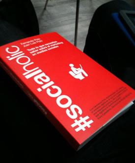 """Portada del libro """"#Socialholic, Todo lo que necesitas saber sobre redes sociales"""""""